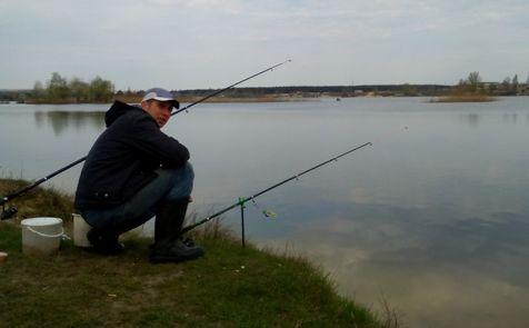 рыбак пытается поймать весеннего карася